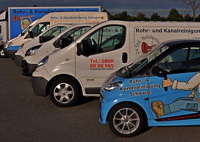 Rohrreinigung-Schwarz-Wagen-alleine_ohne-Reifenspuren_Strommast